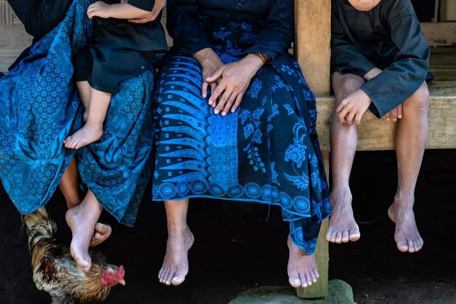 Les hommes aux sarongs bleus