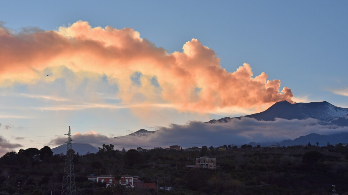 Sicile : regain d'activité de l'Etna, qui émet des nuages de cendres