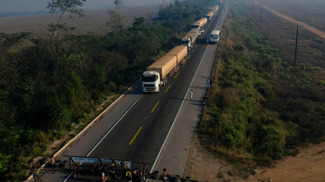 Amazonie : des indigènes lèvent temporairement leur barrage sur une route
