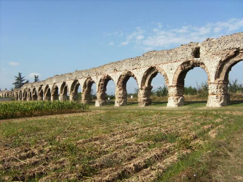 L'aqueduc du Gier (Ier ou IIe siècle) à Chaponost, ces arches alimentaient en eau la puissante Lugdunum