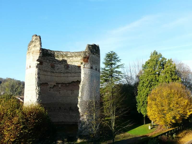 La tour gauloise de Vésone (Ier ou IIe siècle), à Périgueux, jouxtait un temple romain