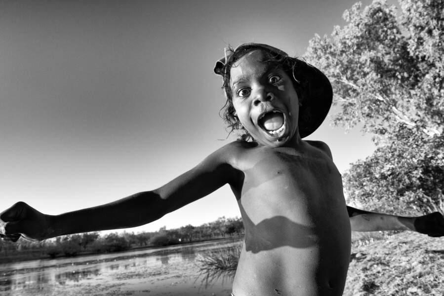 Jouer, comme cet enfant de la communauté de Ngukurr au bord du Yellow Water Billabong