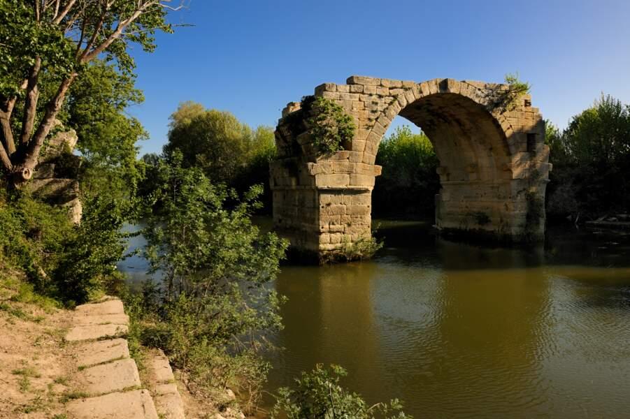 Le pont Ambroix, à la sortie de Nîmes : le repos du voyageur