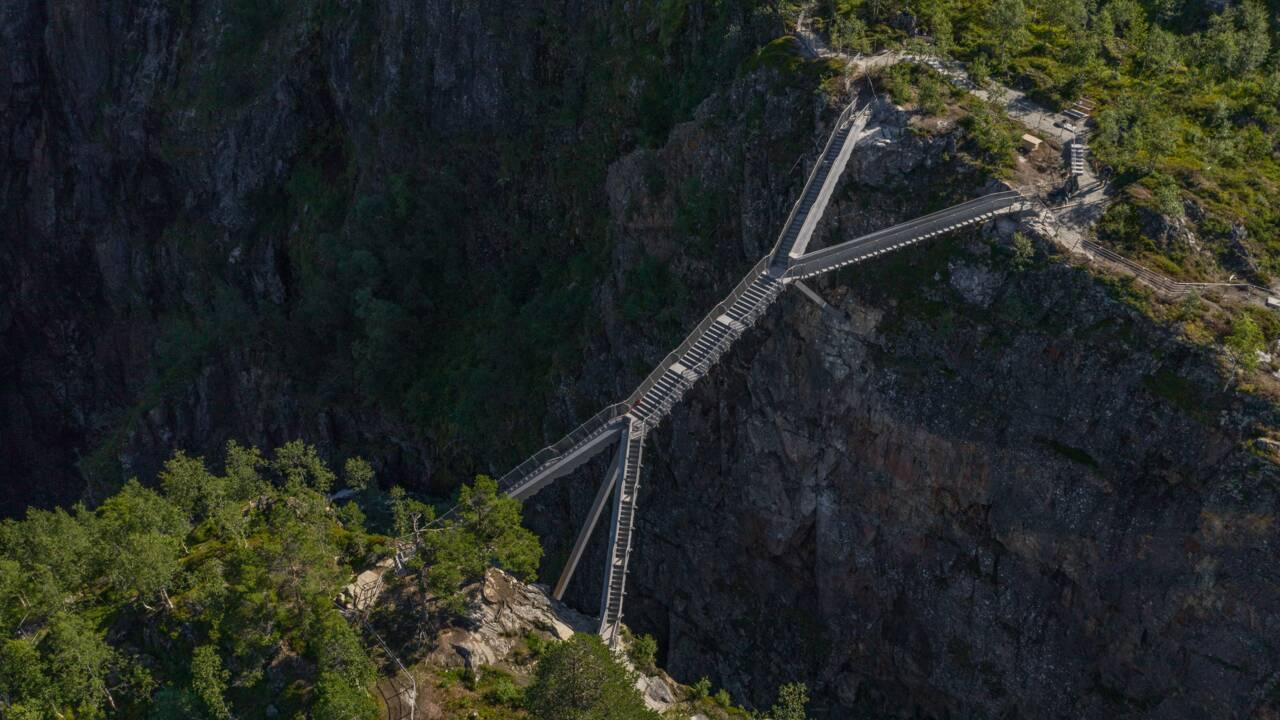 """Un spectaculaire """"pont en escalier"""" installé au-dessus d'une des plus belles cascades de Norvège"""