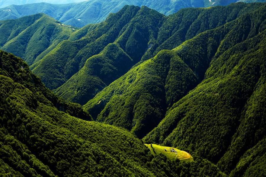 De charmants villages mouchettent les montagnes entre Locarno et le val Onsernone, dans le Tessin