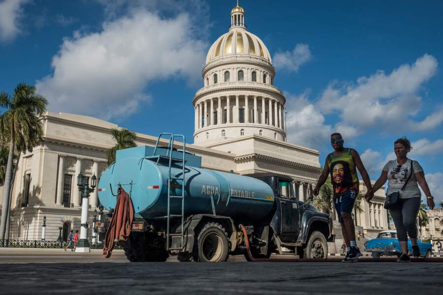 La Havane, janvier 2020 : livraison d'eau pour les immeubles en face du Capitole