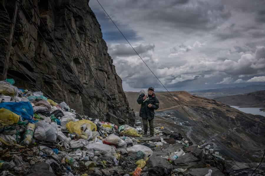 La Rinconada, Pérou : un mineur rentre chez lui le long d'un col jonché de déchets plastique