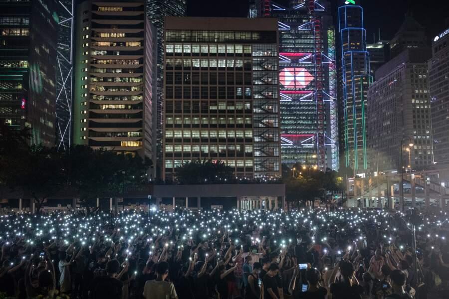 Hong Kong, août 2019 : des lycéens brandissent la lumière de leurs téléphones lors d'une manifestation contre le gouvernement