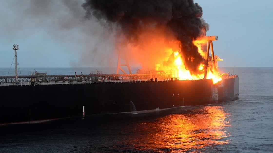 Le pétrolier touché par un incendie près du Sri Lanka, remorqué au large