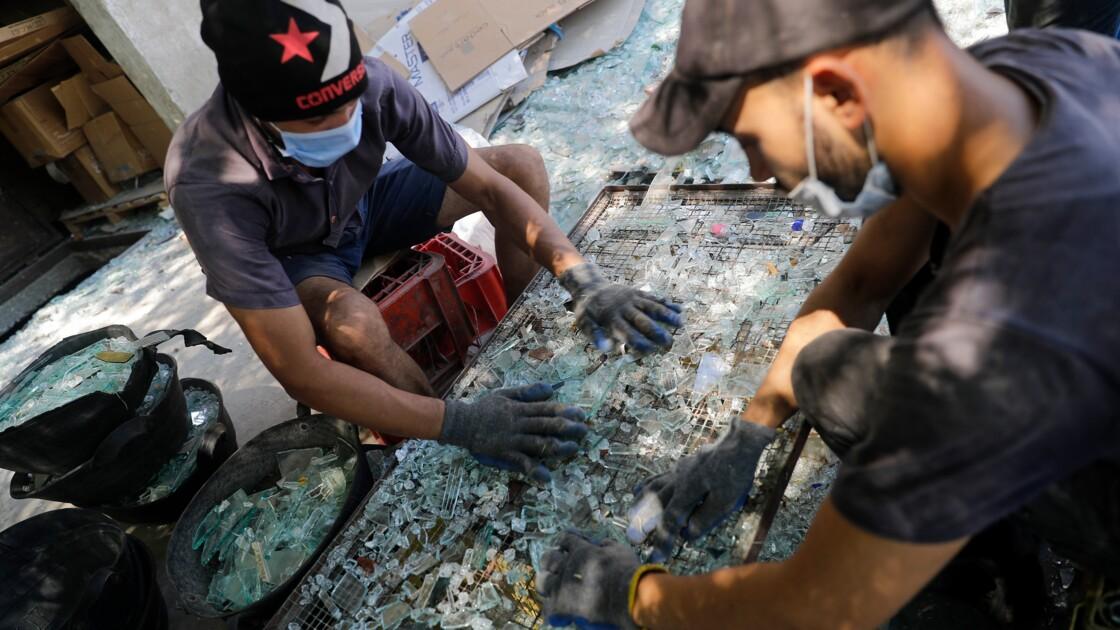 Au Liban, le verre pulvérisé par l'explosion recyclé en carafes et bocaux
