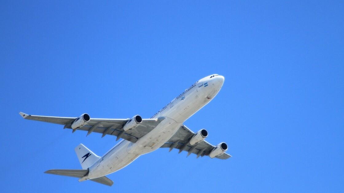 """Covid-19 : cette compagnie aérienne teste des portes de toilettes """"mains libres"""""""
