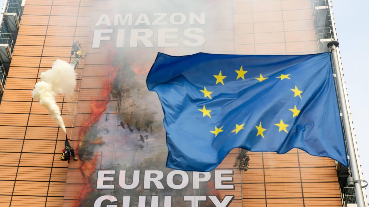 Amazonie: Greenpeace déploie une banderole géante à la Commission européenne