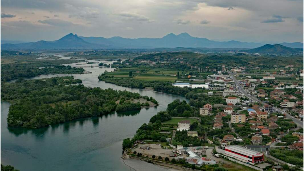 Vue sur Shkodër (ou Shkodra) et le fleuve Buna
