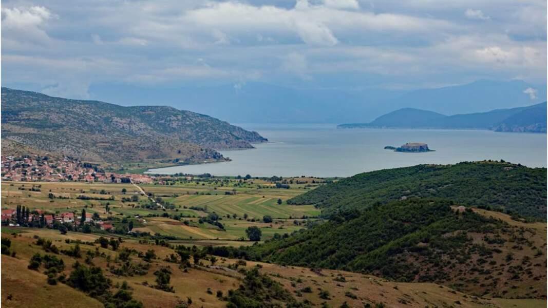 Île de Maligrad située sur la partie albanaise du lac Prespa