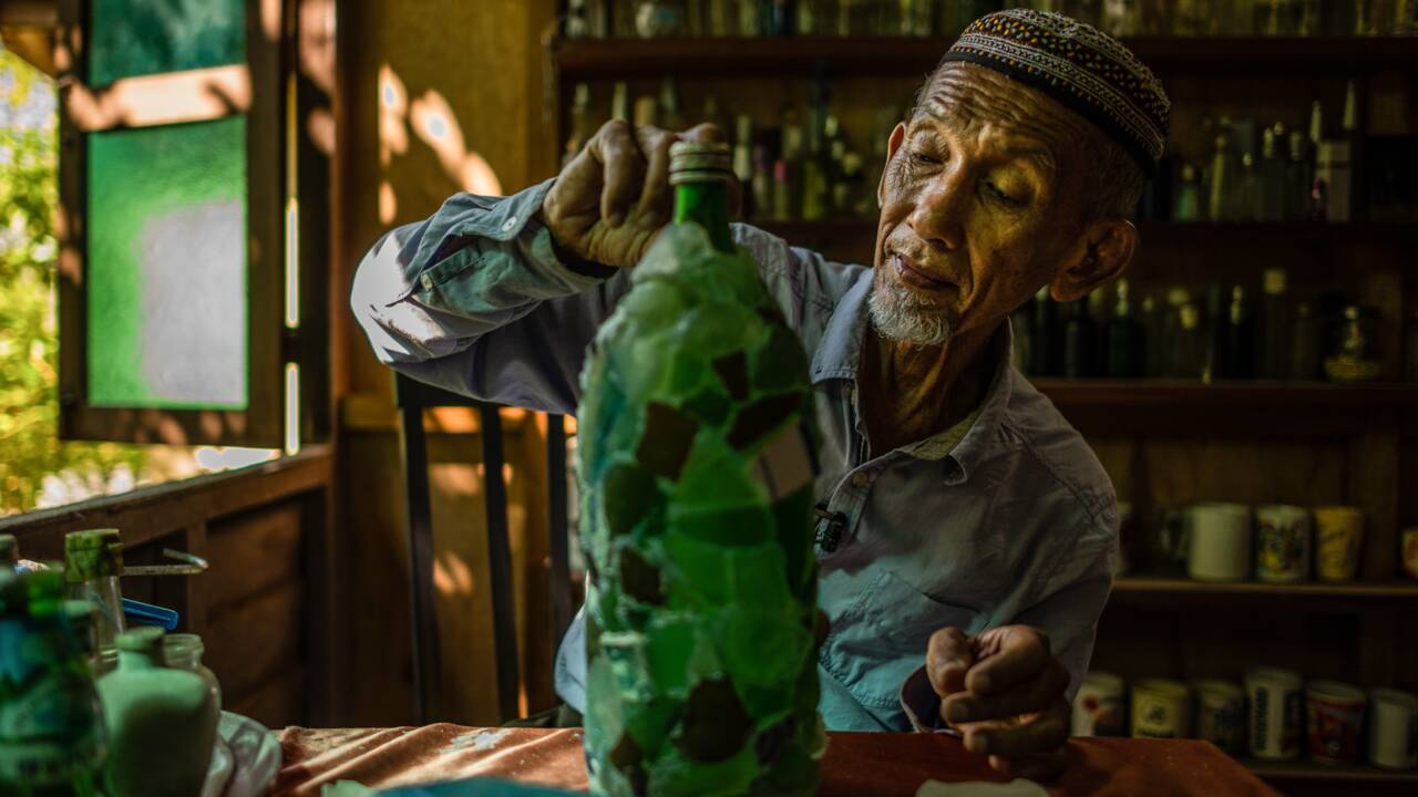 Depuis 15 ans, ce Malaisien collecte les bouteilles échouées sur les côtes