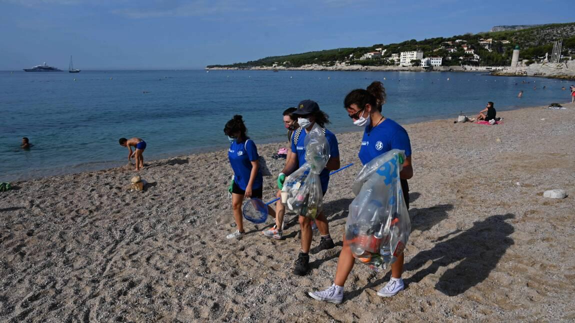 Sur les plages marseillaises, des citoyens éboueurs après un été désastreux