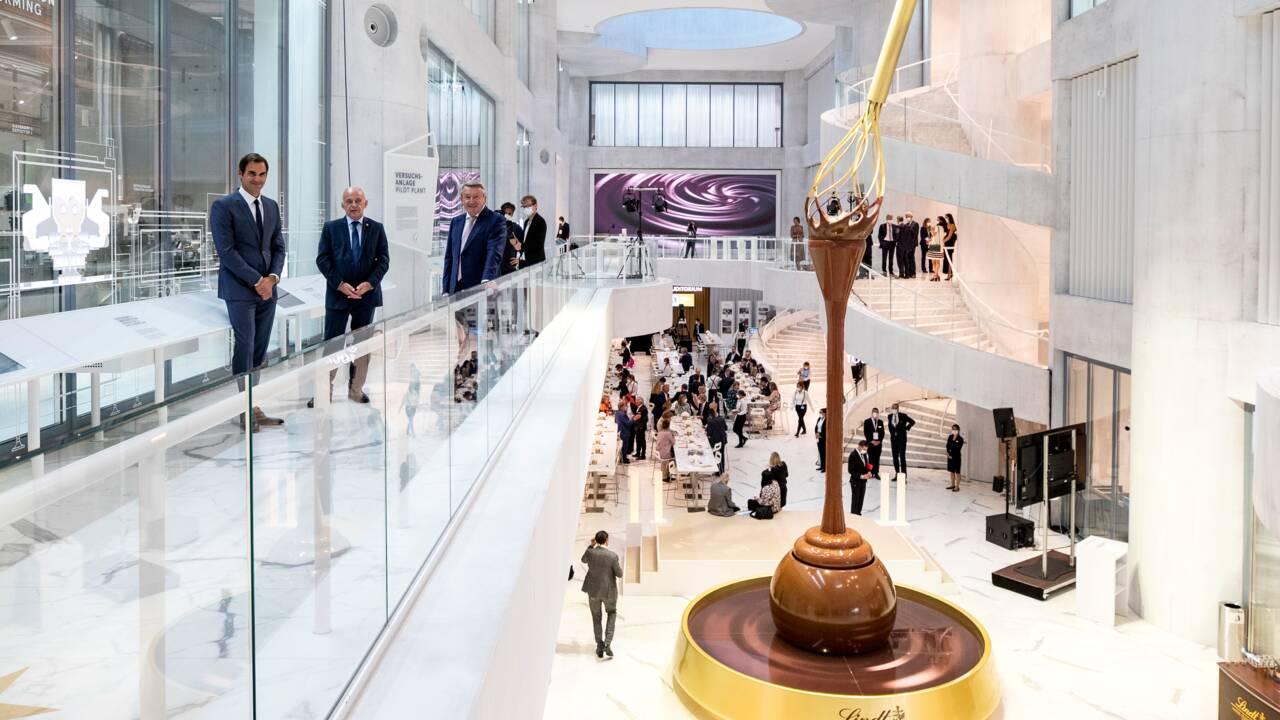 En Suisse, une célèbre marque inaugure une fontaine de chocolat... de 9 mètres de haut !
