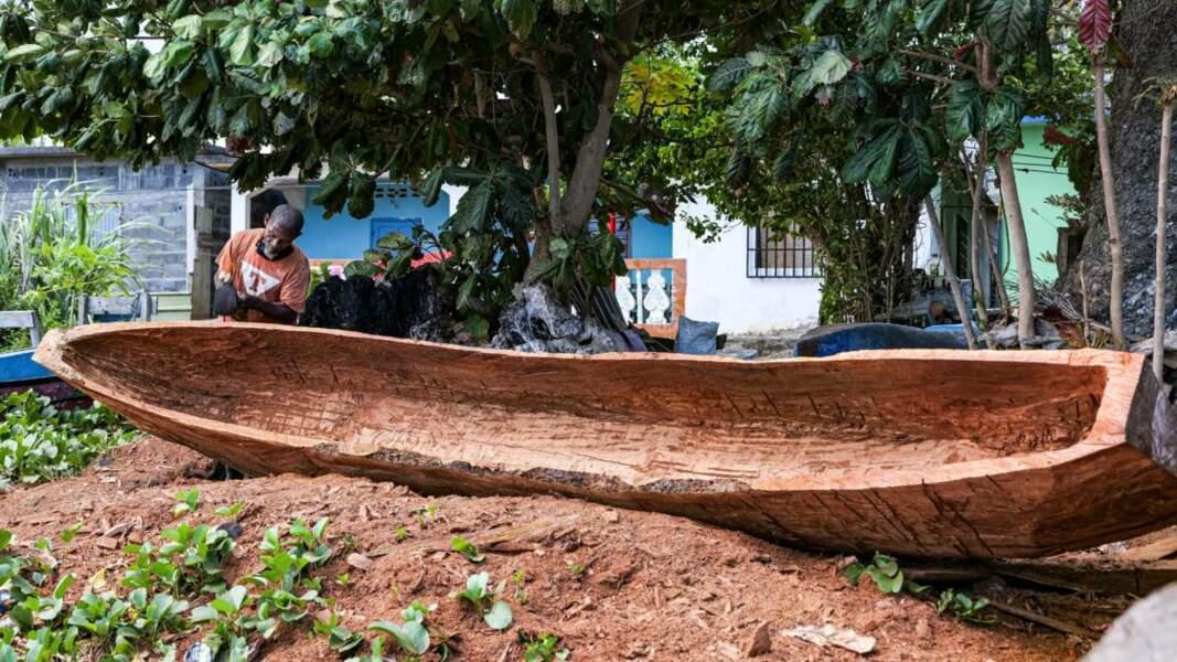 Fabrication d'une pirogue creusée dans un tronc d'arbre