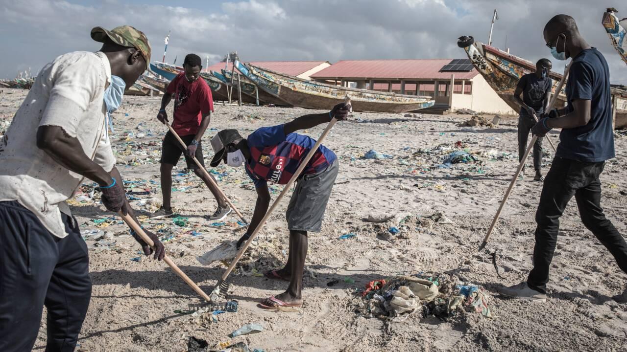 Au Sénégal, la tâche infinie de nettoyer les plages