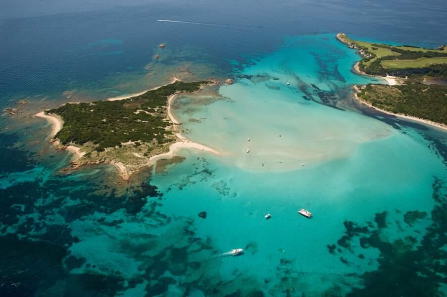 Plages de rêve, paysages spectaculaires... On a survolé Bonifacio en hélicoptère