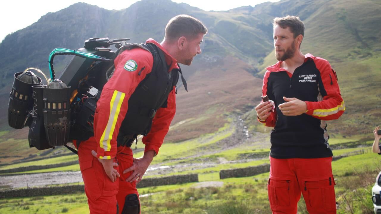 Des secouristes britanniques testent une combinaison volante pour intervenir dans les lieux escarpés
