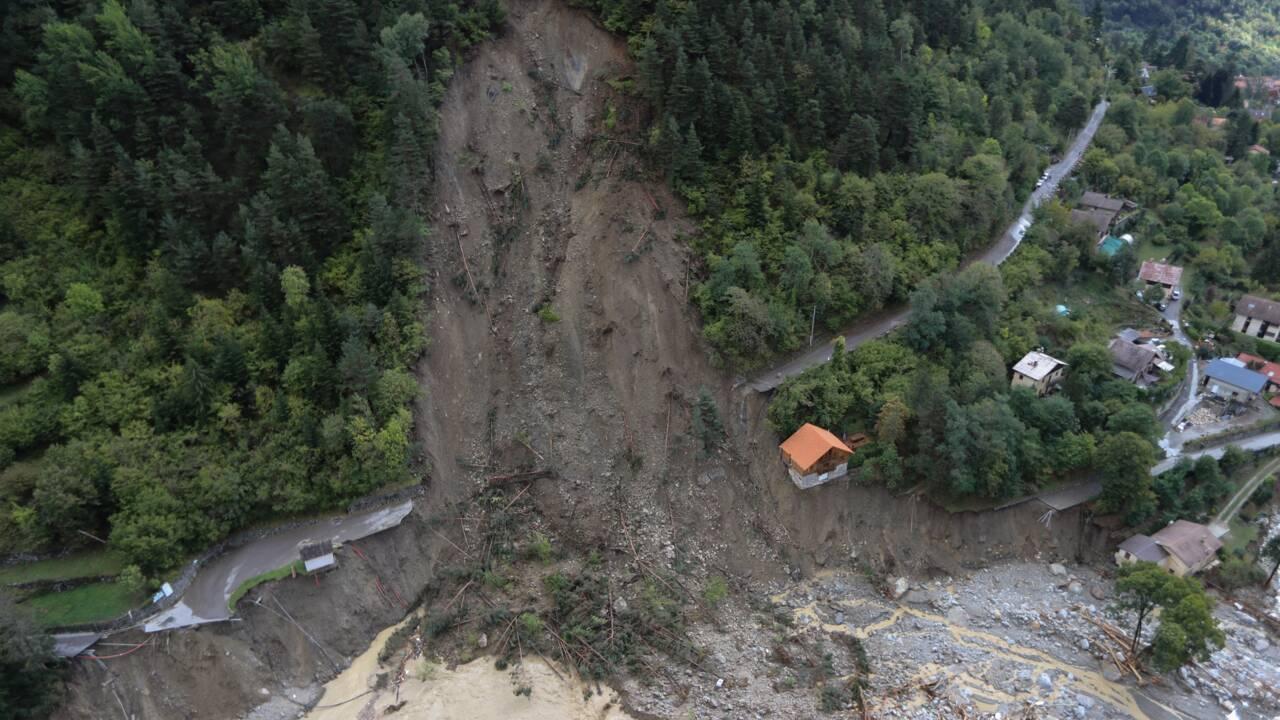 """Après le """"désastre"""", les secours intensifient leurs efforts à la frontière avec l'Italie"""