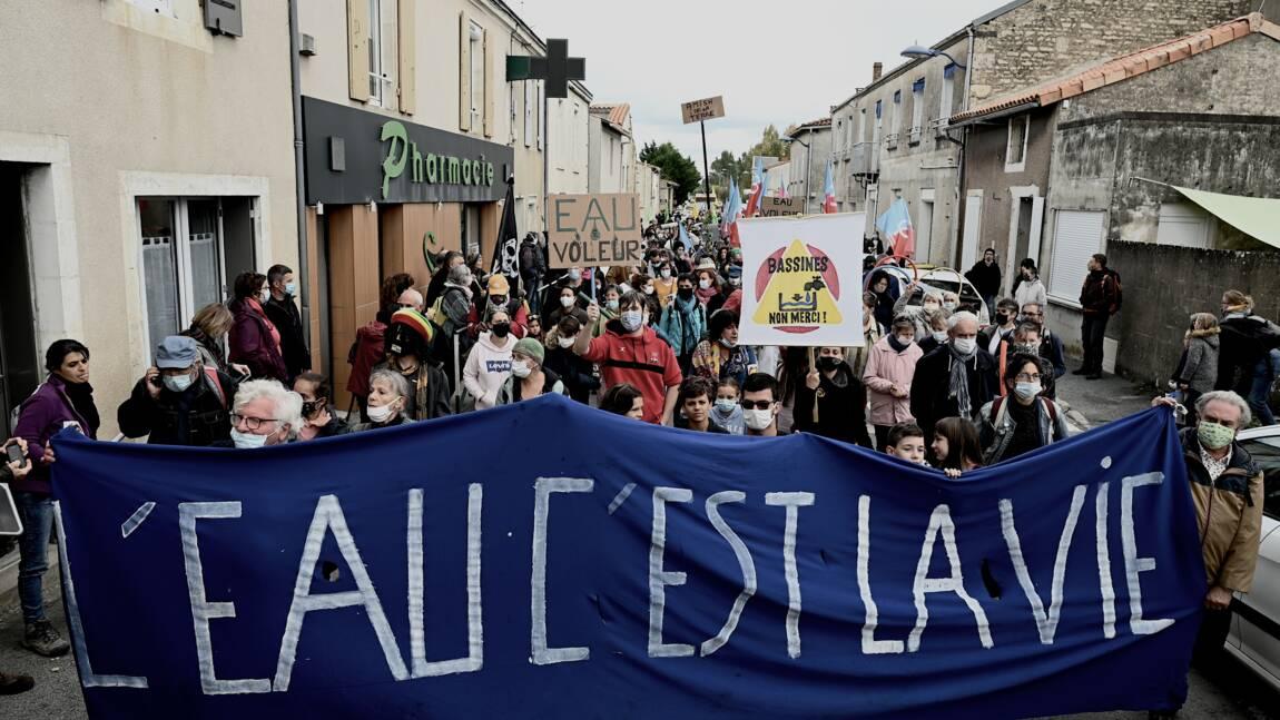 """Deux-Sèvres: Jadot, Mélenchon, marchent aux côtés des opposants aux """"bassines"""" pour l'irrigation"""