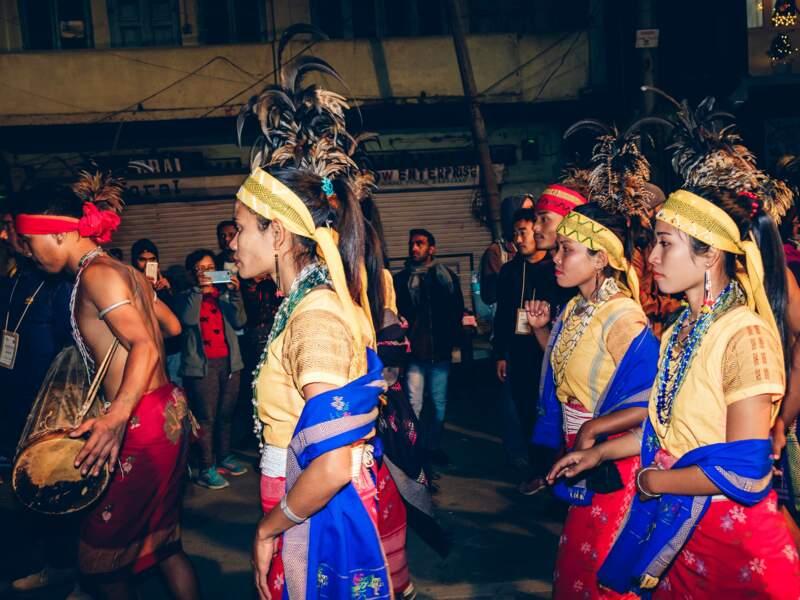 Lors du festival Hornbill, les tribus nagas défilent en tenues traditionnelles