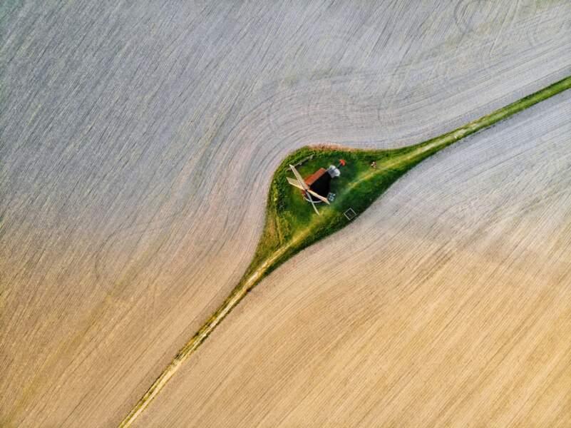 Une goutte d'eau sur un brin d'herbe