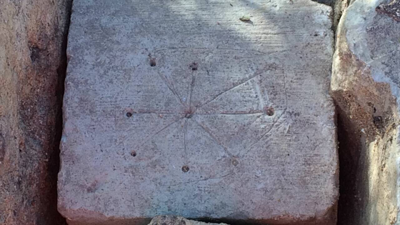 """Des gravures médiévales pour repousser les """"mauvais esprits"""" découvertes en Angleterre"""
