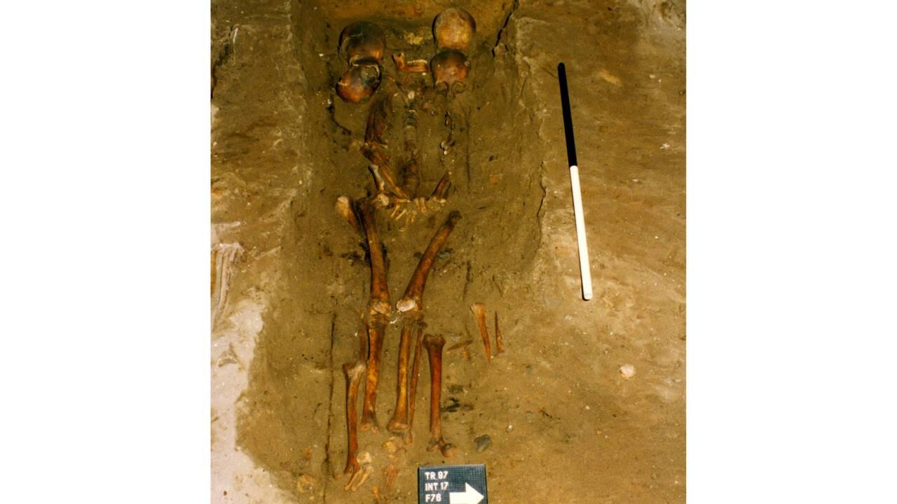 """De nouvelles découvertes lèvent le voile sur le mystère de la """"tombe aux six crânes"""""""