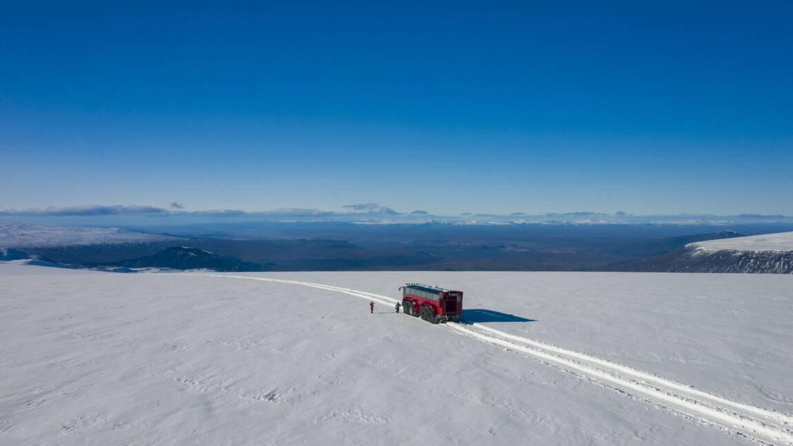 Islande: un bus géant balade ses passagers à 60 km/heure sur un glacier menacé