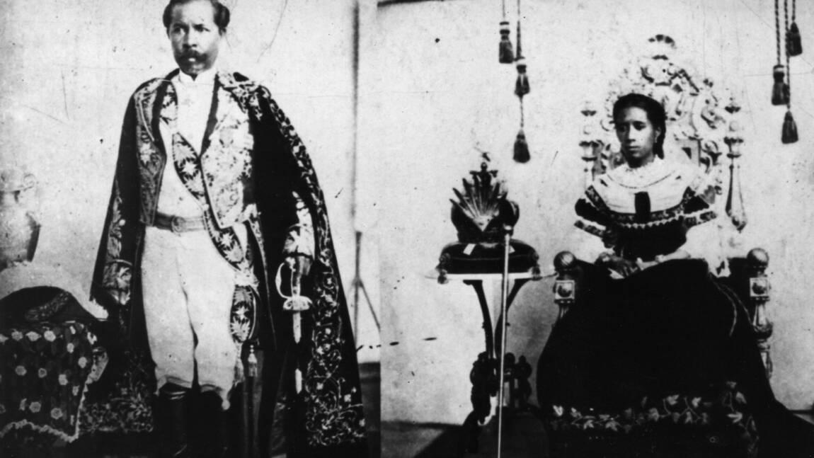 La France remet à Madagascar une couronne surmontant un dais royal
