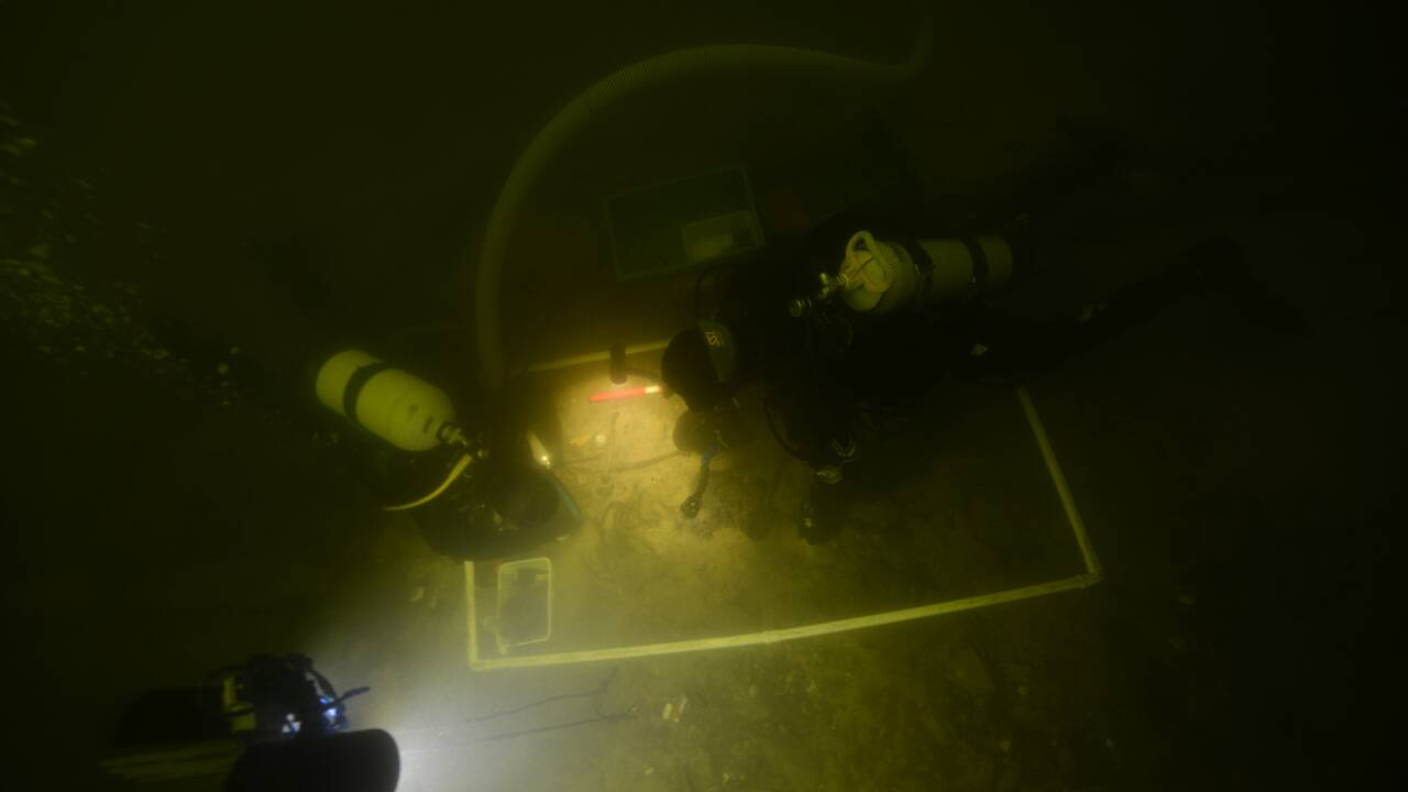 Les restes d'un soldat mort il y a 500 ans retrouvés dans un lac en Lituanie