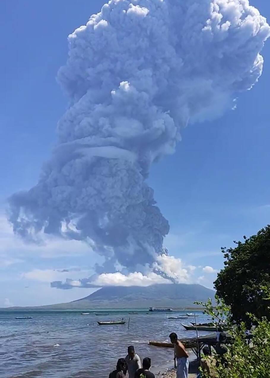 Indonésie: un volcan en éruption, l'aéroport local fermé