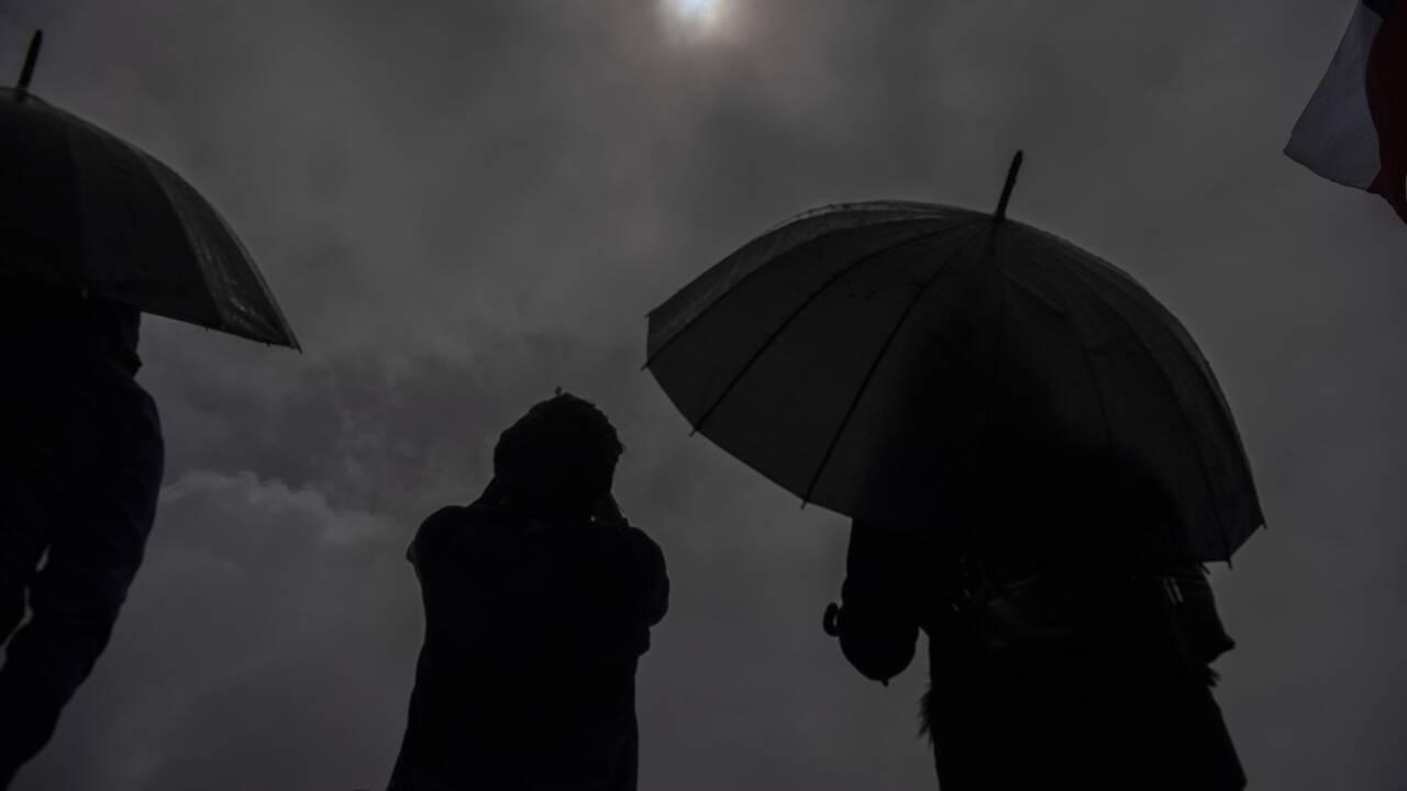 Eclipse totale du soleil au Chili et en Argentine plongés dans l'obscurité