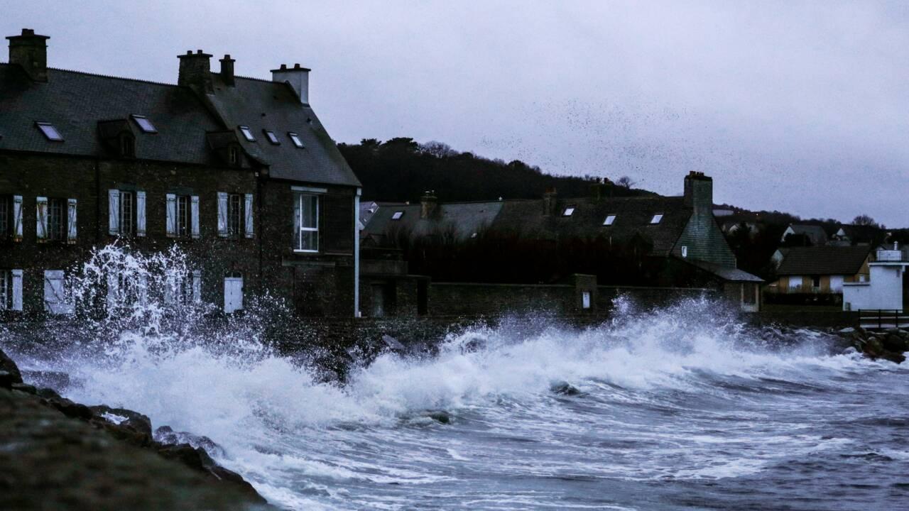 Tempête Bella : jusqu'à 18 000 foyers privés d'électricité en Bretagne, en Normandie et dans les Hauts-de-France