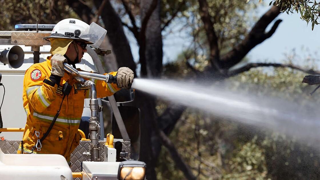 """Australie: un incendie menace des """"vies et des habitations"""" près de Perth"""
