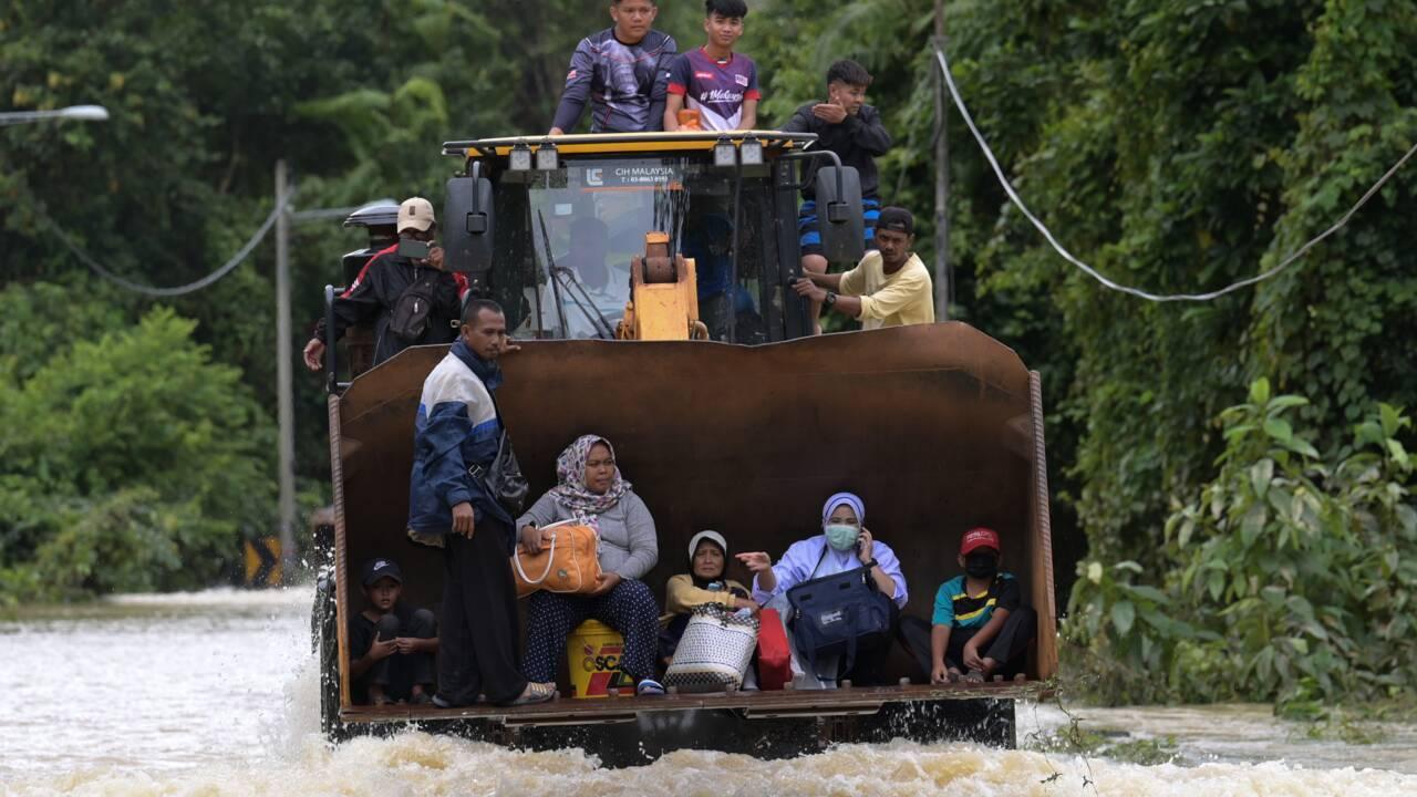 """En Malaisie, les """"pires inondations depuis un demi-siècle"""" font au moins six morts et des milliers d'évacués"""