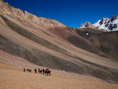 Chevauchée solitaire dans les hautes montagnes du Pamir