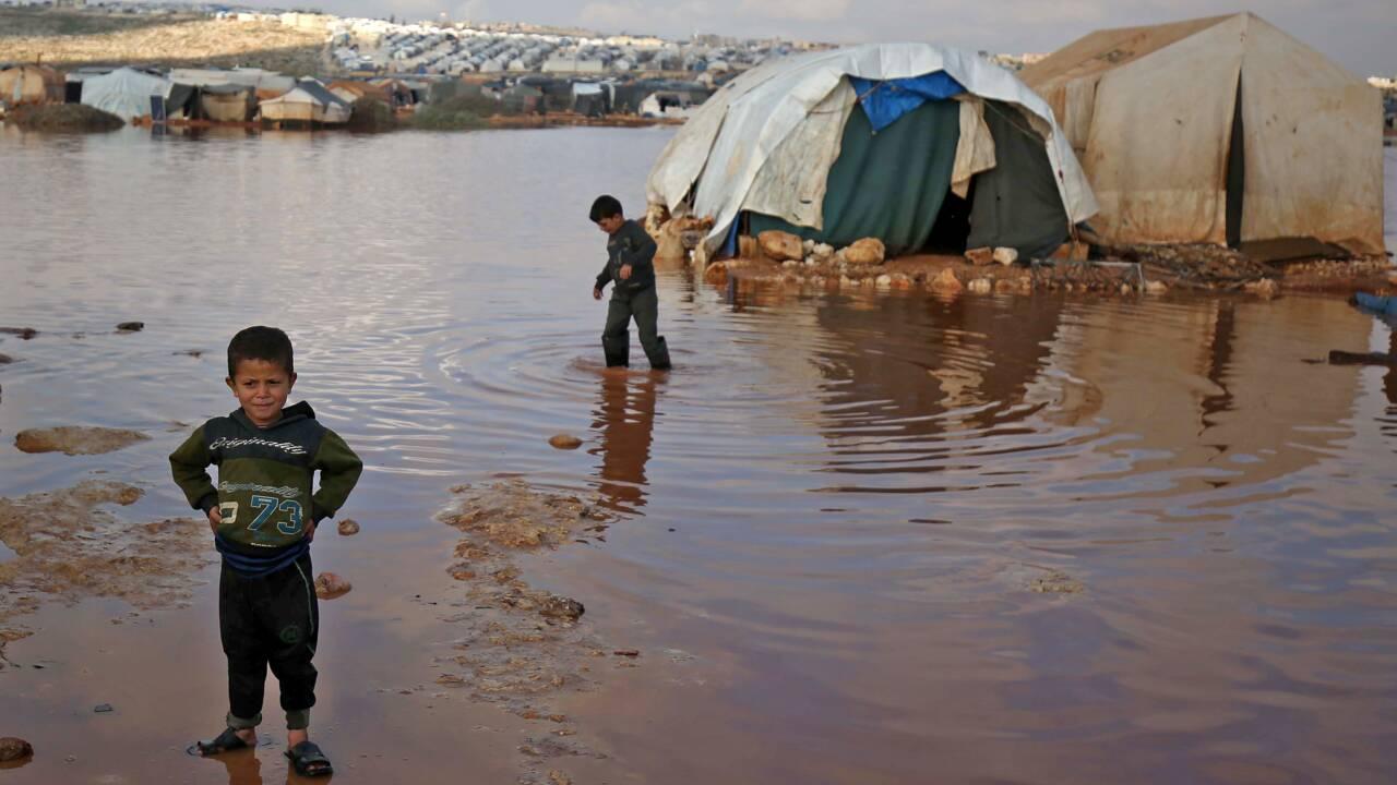 """Syrie: la pluie transforme les camps de déplacés en """"lacs"""" boueux, un enfant mort"""