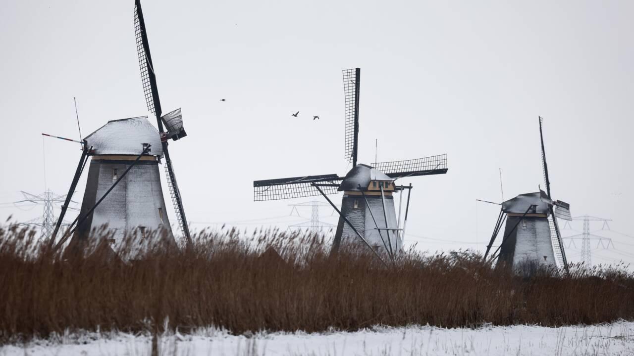 Les Pays-Bas frappés par leur première tempête de neige en 10 ans, l'Europe grelotte