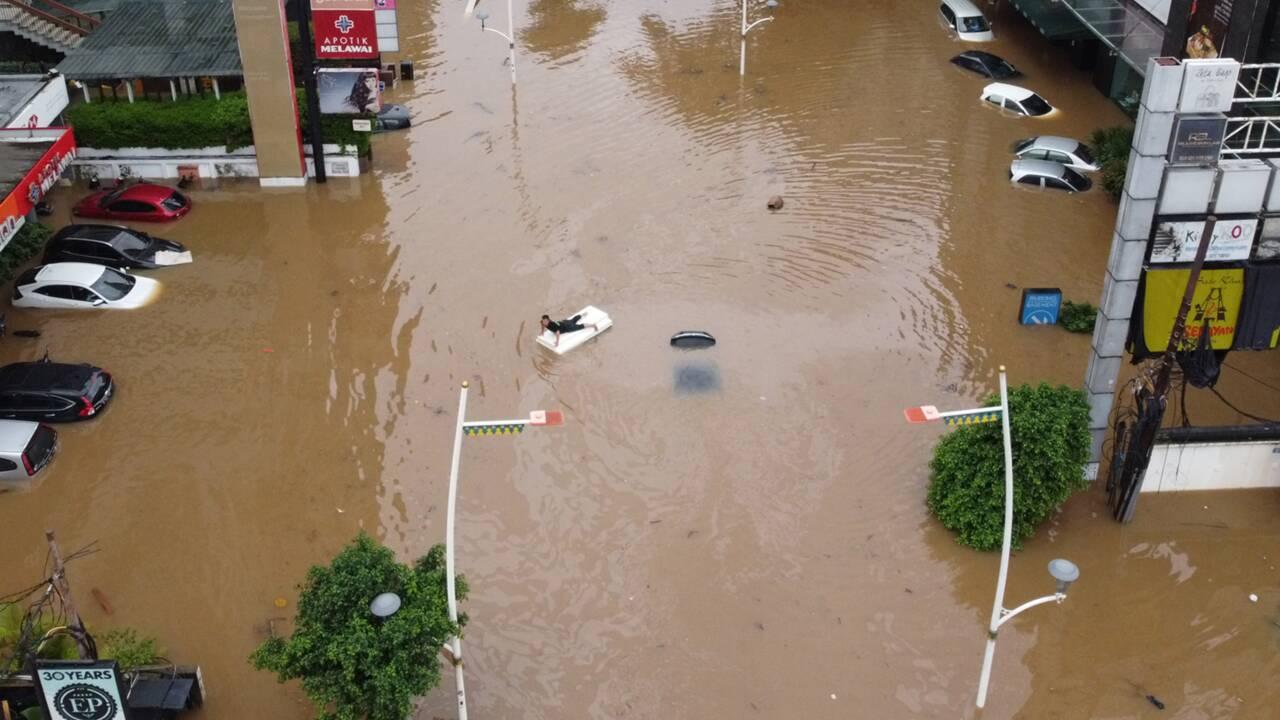 Des inondations paralysent la capitale indonésienne Jakarta