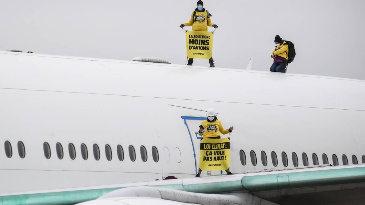 Avion repeint en vert à Roissy : neuf activistes de Greenpeace convoqués au tribunal