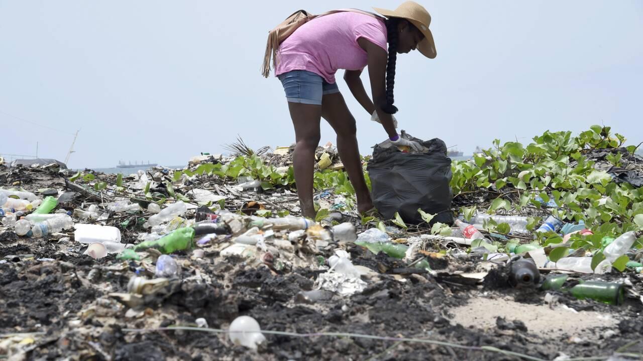Nigeria : nettoyage de la plus grande plage de Lagos jonchée de plastique
