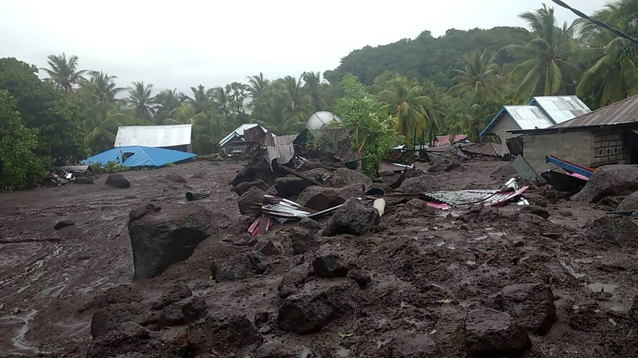 Des inondations font 23 morts sur l'île de Florès en Indonésie