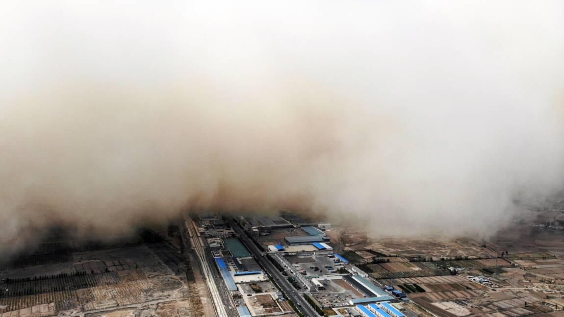 """Chine : une immense tempête de sable """"avale"""" une ville"""