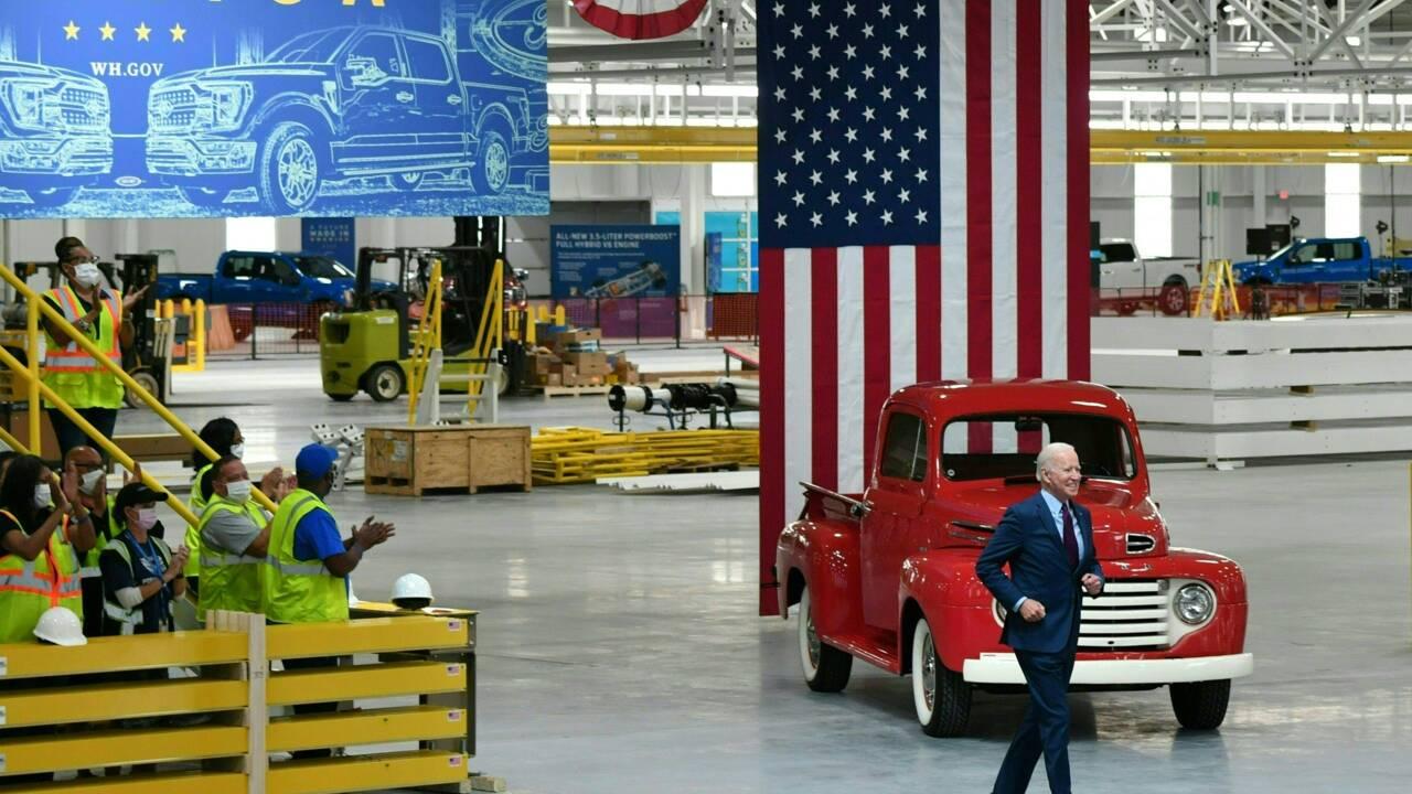"""Biden, le """"car guy"""", assure que l'avenir de la voiture électrique sera américain"""