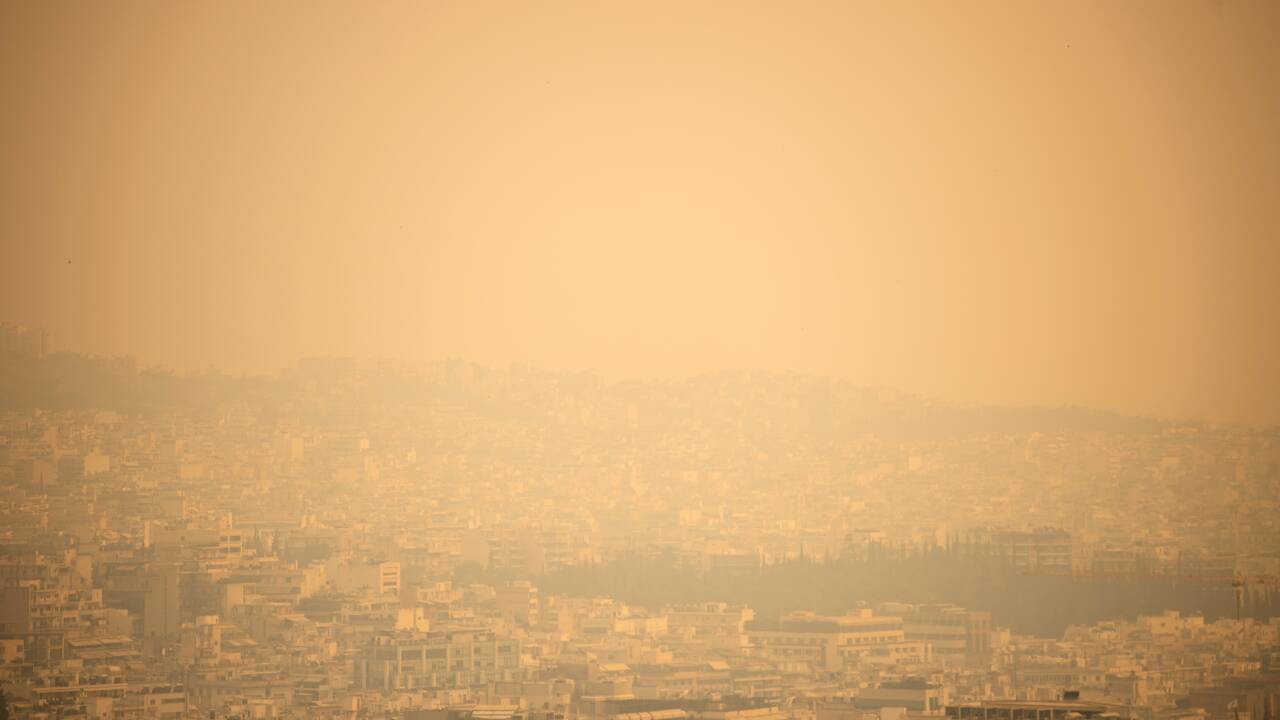 """Grèce: les pompiers luttent encore contre l'incendie de Geraneia, """"catastrophe écologique"""""""