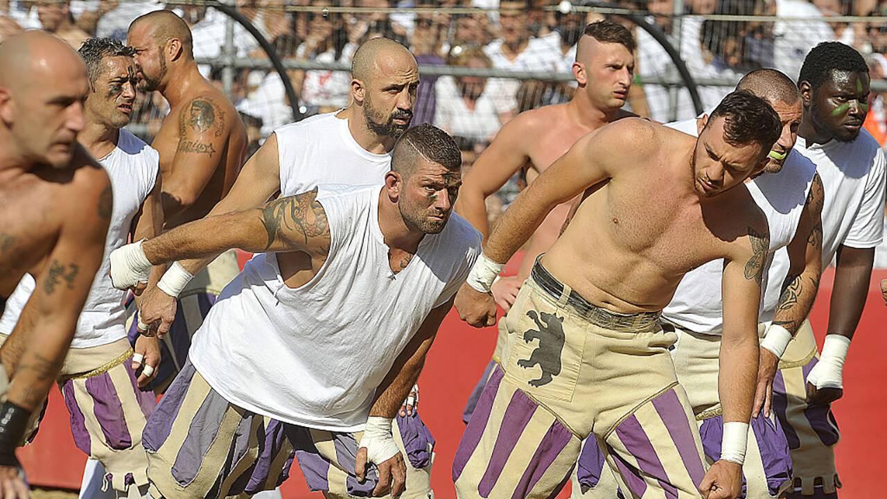 """Italie : Florence avec les gladiateurs du """"calcio storico"""", mélange de foot, de lutte et de rugby"""